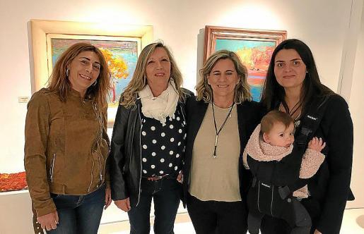 Xesca Campomar, Aina Mayol, Josefa Torres, Joana Esteva y la pequeña Julia.