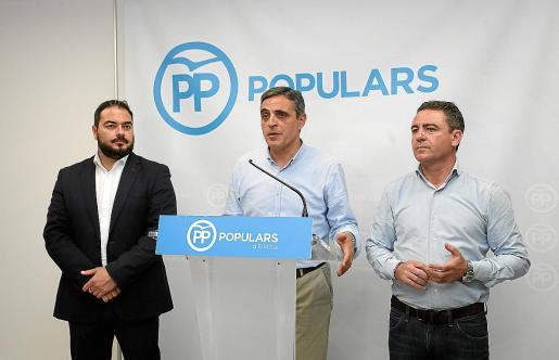 De izq. a dcha, Santi Marí, José Vicente Marí Bosó y Miquel Jerez, durante la valoración de las pasadas elecciones generales.