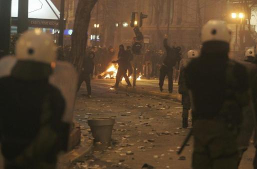Enfrentamientos entre la policía y los manifestantes que protestan contra los acuerdos de la troika en Atenas, Grecia.