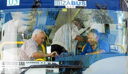 Dos usuarios suben a uno de los autobuses de la línea regular Sant Antoni-Eivissa.