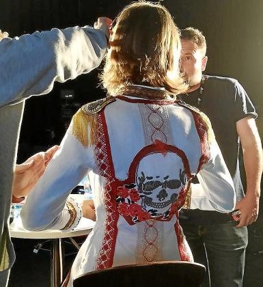 Detalle de la chaqueta de la diseñadora Piluca Bayarri que lució la presentadora Nuria Arias.