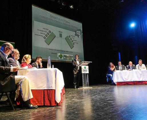 Los candidatos se sentaron en dos mesas en un orden que se determinó por sorteo. Fotos: DANIEL ESPINOSA