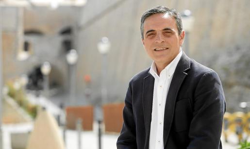 El presidente insular del PP, José Vicente Marí Bosó, posa con las murallas de Dalt Vila al fondo.