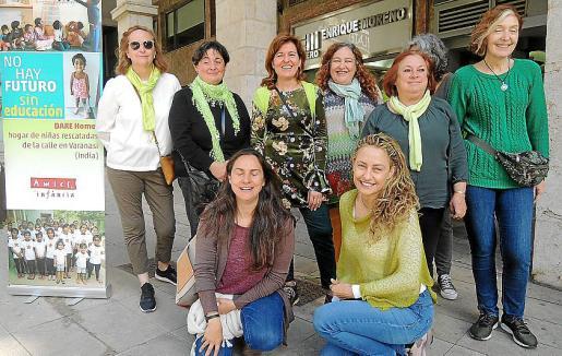 Julia Espert, Margarita Bosch, Dora Martínez, Kika Simó, María Antonia Ribas y Diana Rotenberg. Agachadas: María José Moreno y Francisca Campins.