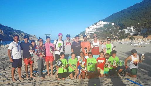 Los mejores clasificados posan con sus premios al término de la competición celebrada en Cala Llonga.