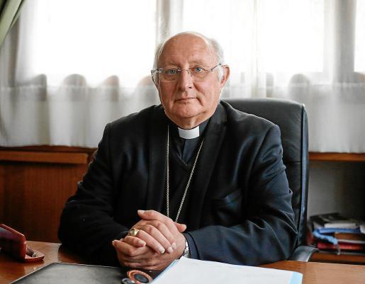 Monseñor Vicente Juan Segura en su despacho de la diócesis.
