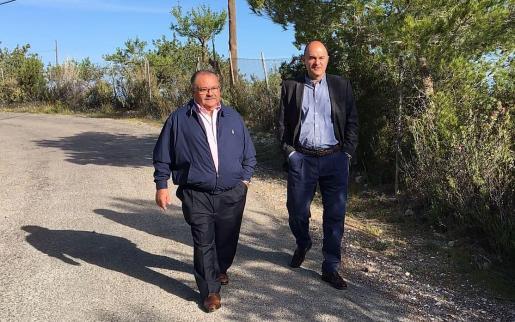 Vicent Marí y Antoni Marí 'Carraca', de visita en la carretera vella de Portinatx.