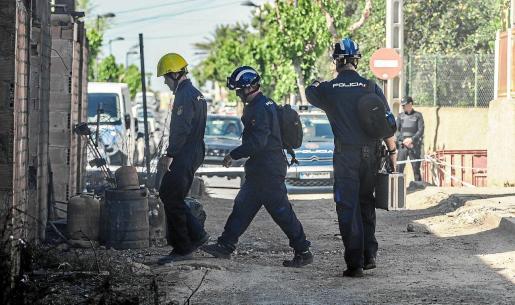 Agentes de la policía científica de la comisaría de Ibiza inspeccionaron ayer nuevamente el escenario del incendio.