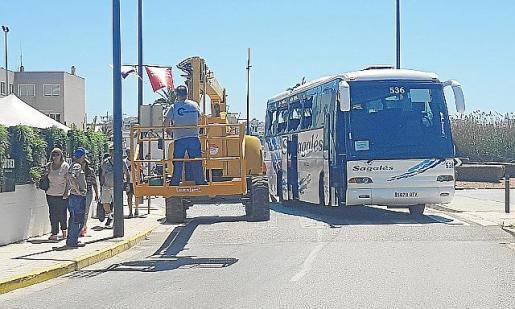 La grúa golpeó el lateral del autobús y algunos ocupantes sufrieron el impacto de los cristales.