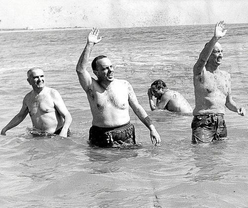 Manuel Fraga, centro, tras el incidente nuclear en la playa de Palomares.