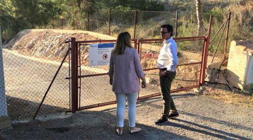 Tania Marí junto a Antoni Costa en la depuradora de Portinatx.