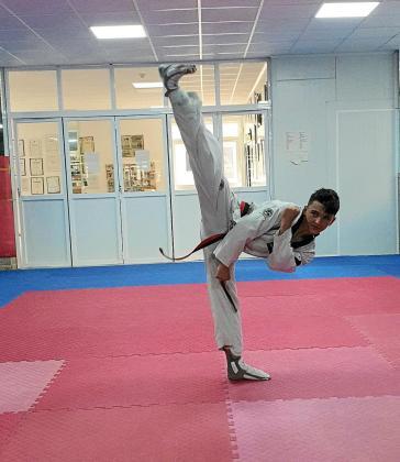 Daniel Balboa lanza una pata durante el entrenamiento de ayer.