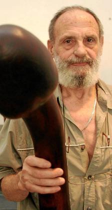 Antonio Hormigo, en una fotografía de archivo con una de sus esculturas de madera.