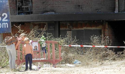Una mujer y su hijo se acercaron hasta el punto donde se instaló un improvisado homenaje a Rossana, la mujer de nacionalidad italiana fallecida en el incendio.