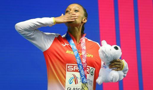 Ana Peleteiro lanza un beso desde el podio de Glasgow cuando se proclamó campeona de Europa.