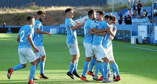 Los jugadores de la UD Ibiza celebran uno de los goles marcados al Atético Malagueño.