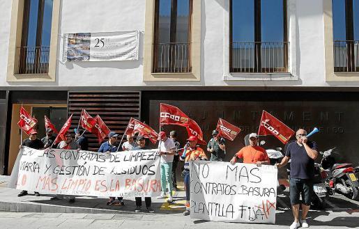 Protesta de los trabajadores del vertedero, que reclaman mejoras a la empresa.