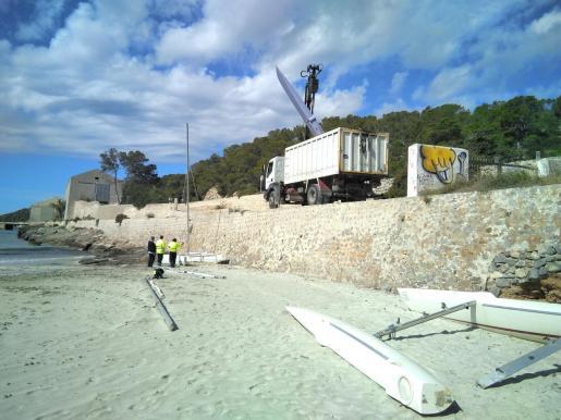 El Ayuntamiento de San José retira las embarcaciones abandonadas de Ses Salines.