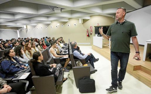 Pedro García Aguado en un momento de la charla 'Viaje de aprendizaje' en el auditorio de la UIB.