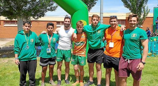 Lucas Cuellar, tercero por la derecha, con algunos jugadores del Rugby Club Valencia.