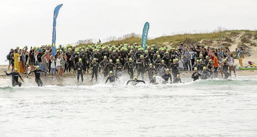 Los nadadores se meten en el agua en la salida de la prueba del año pasado.