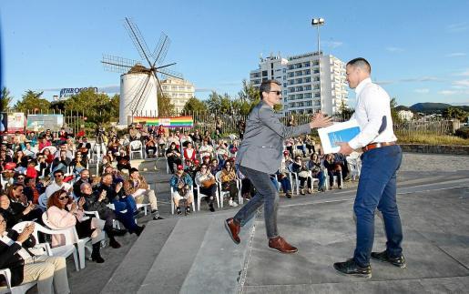 Pedro Duque y Simón Planells se saludan antes de la intervención del ministro de Ciencia, Innovación y Universidad.