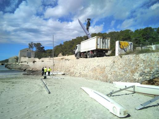 El Ayuntamiento de Sant Josep retira las barcas abandonadas de ses Salines.