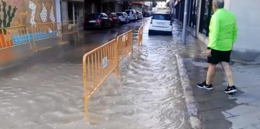 Aspecto de la calle Eivissa a las 8 de la mañana de este sábado.