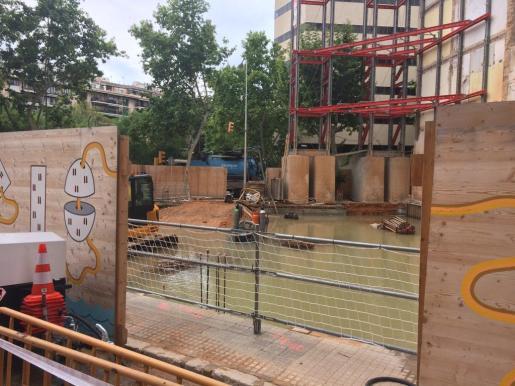 El edificio situado entre la calle Simó Ballester y Paseo Mallorca, actualmente en obras, ha sufrido una importante entrada de agua.