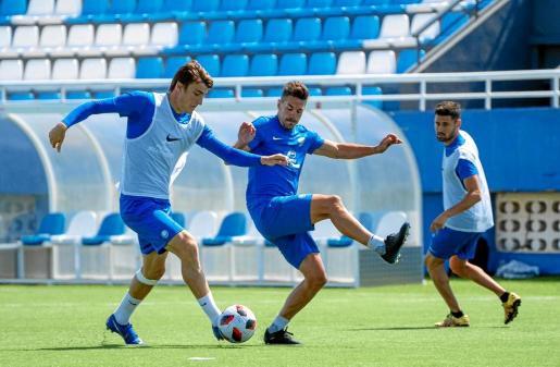 Jordi Sánchez, con el balón, y Grima, durante un entrenamiento de la UD Ibiza de esta semana.
