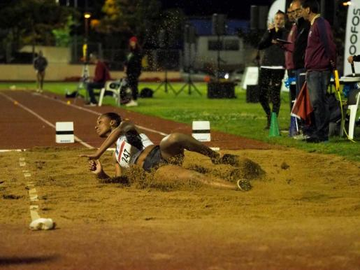 La atleta Ana Peleteiro cae al foso de arena después de uno de sus saltos.