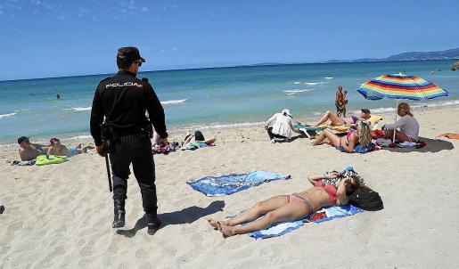 Imagen de archivo de un agente en la Playa de Palma. La presencia policial a estas alturas del año es escasa.