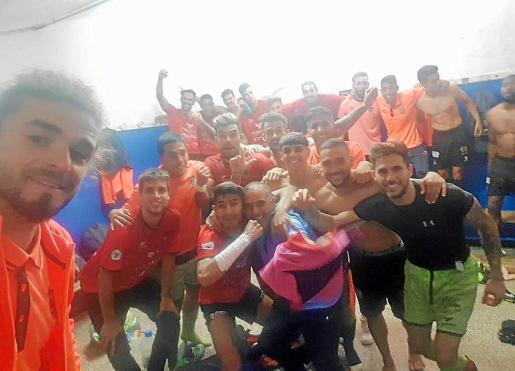 Los jugadores del Formentera celebran la clasificación en el vestuario.