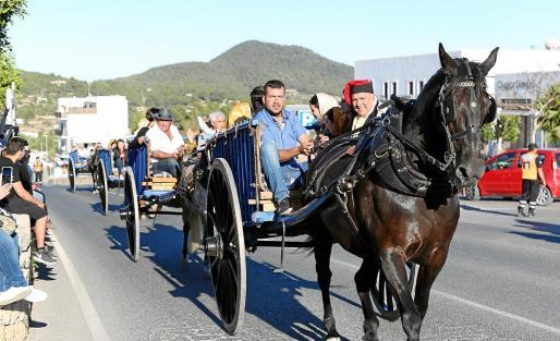 Imágenes de los actos que se celebraron ayer en la localidad 'josepina' con el tradicional desfile de carros.