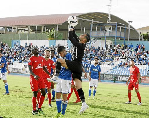 Lucas atrapa un balón aéreo en el partido disputado ayer entre el Melilla y la UD Ibiza.