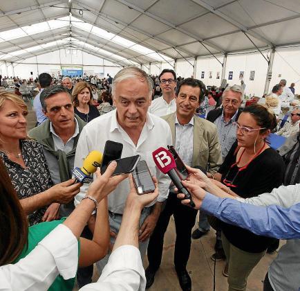 González Pons atendiendo a los medios.