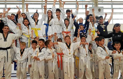 Los mejores de la competición recibieron sus correspondientes medallas al término de una competición celebrada íntegramente en el pabellón de Can Coix, en Sant Antoni.