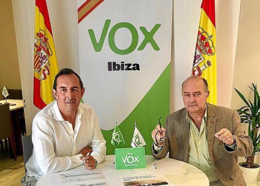 Los dirigentes de Vox Ibiza José Luis Sánchez Saliquet y Jaime Díaz de Entresotos.