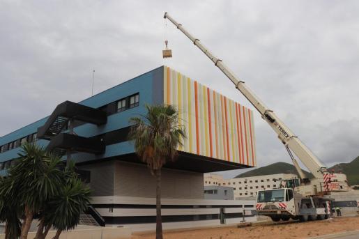 Imagen de la colocación de las placas en uno de los edificios del hospital