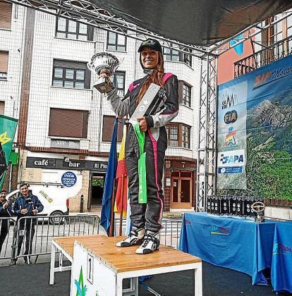 Mari Pau Huguet posa en el podio con sus trofeos.