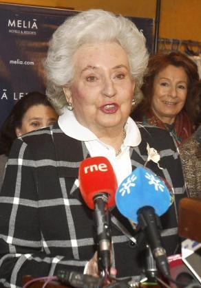 La infanta Pilar de Borbón realizando declaraciones a los medios en Sevilla.