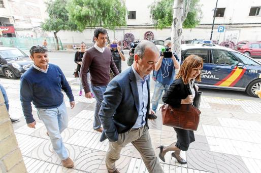 Isidor Torres, primero por la derecha en segundo plano, en una imagen de archivo yendo a declarar a los juzgados de Ibiza.