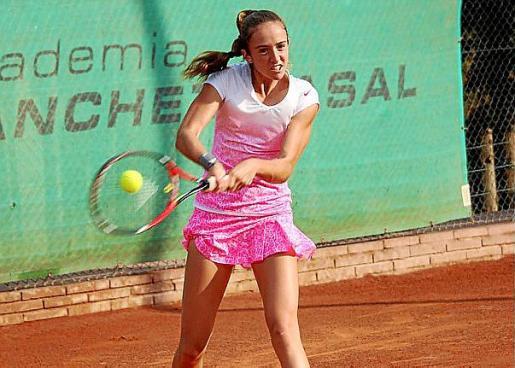 Gemma Lairón golpea la pelota.