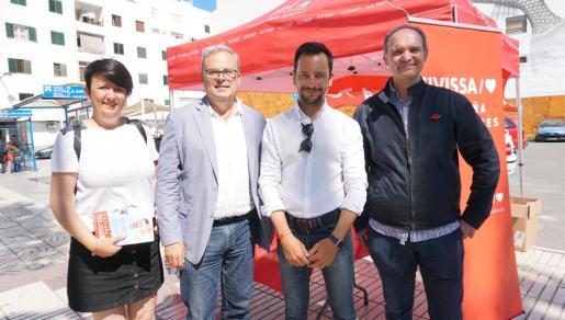 Los candidatos del PSOE posan en una de las mesas electorales.