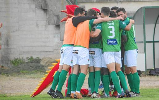 Los jugadores del Cacereño celebran uno de los goles marcados en el último partido de liga.