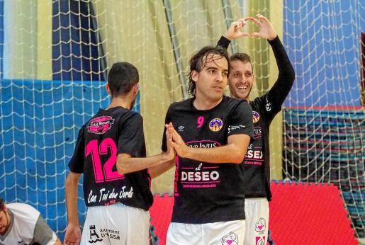 Kike Hinojosa, Estefan (en el centro) y Yuyu celebran un gol del equipo masculino del Harinus Ibiza Futsal en un partido de la recién finalizada liga de Tercera.