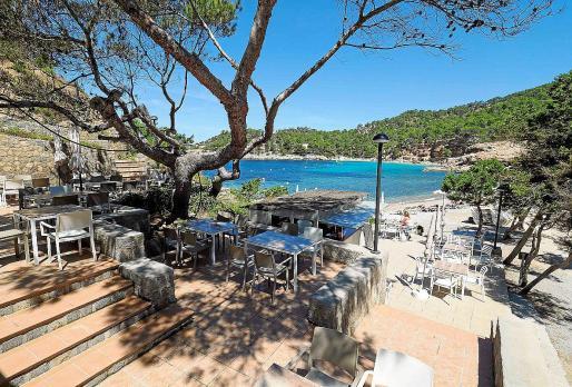 Terraza del restaurante junto a la arena y las aguas de Cala Salada.