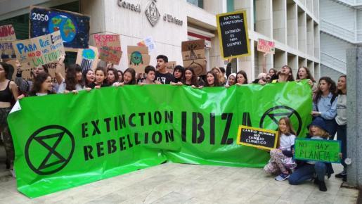 Representantes del movimiento Extintion Rebellion Ibiza esta mañana en la puerta del Consell d'Eivissa.