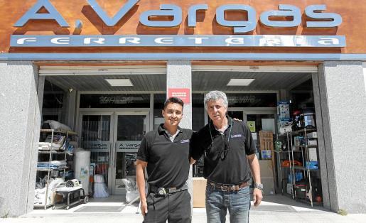 Crecimiento. Ricardo Vázquez y José Vargas frente a su negocio en el polígono de Es Gorg, donde se trasladaron hace 12 años.