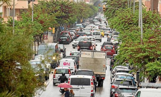 Las principales calles y avenidas de acceso a la ciudad de Ibiza tuvieron ayer durante toda la jornada un intenso tráfico.